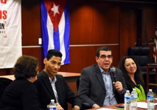 Embajador Cubano José Ramón Cabañas habla en la Escuela de Leyes de UDC. Foto: Bill Hackwell